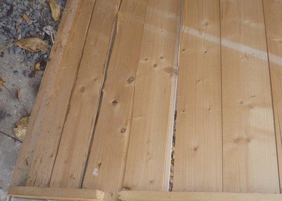 Oprava dveří zahradního domku po vloupání.