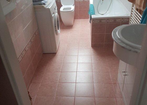 Přespárování obkladů + vyčištění koupelny