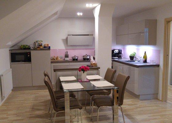 Kuchyn s podlahou do mezonetu. Praha 3 Zizkov.