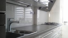 Skleněný obklad za kuchyňskou linku, okenní žaluzie