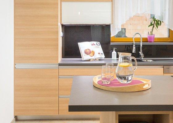 Kuchyně s jídelnou, obývací pokoj, šatna a dílna