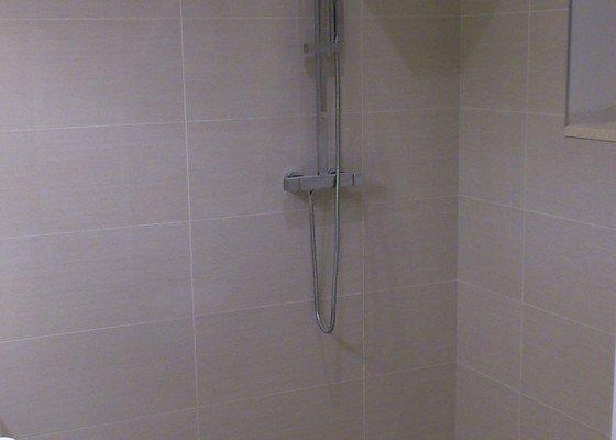 Zástěna k atypickému sprchovému koutu