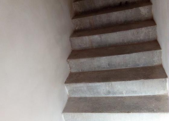 Keramický obklad schodů v Brně-Černovicích