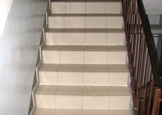 Vydláždění chodby a schodiště (cca 15m2)
