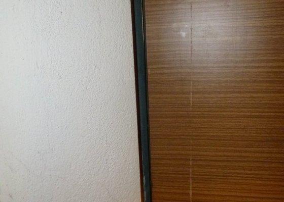 Oprava panelákových sklepních dveří.