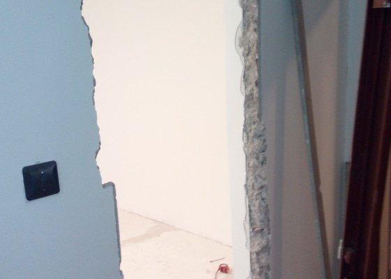 Vyrovnání podlahy, osazení zárubně