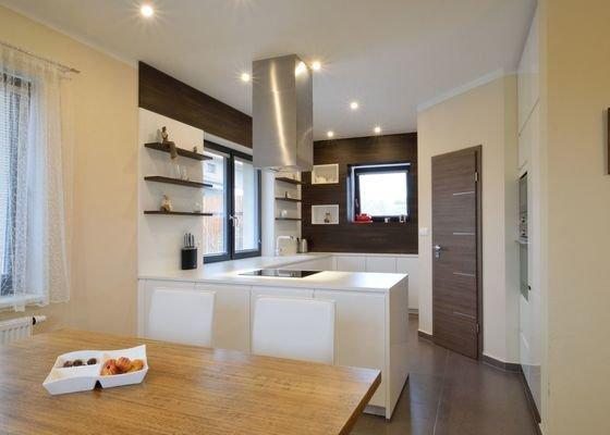 Kuchyně bez horních skříní s rohovým vařením, Zruč