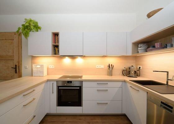 Boj s podlahou jsme vyhráli - světlá kuchyně v Aši