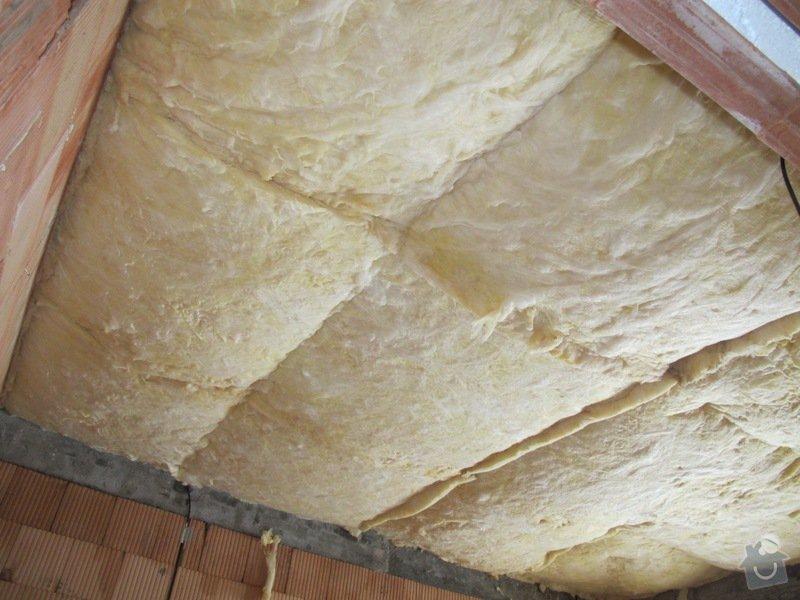 Interiér RD na klíč: montáž izolace stropu