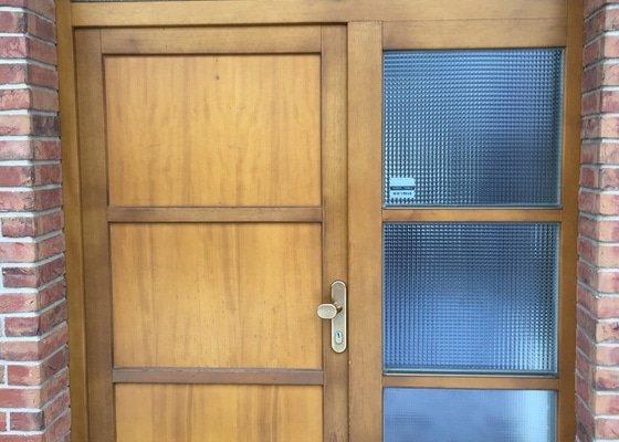 Repase dřevěných vchodových dveří u rodinného domu. Jedná se o 10 ket staré dveře. Chtěla bych je popř. vylepšit i designově. Děkuji