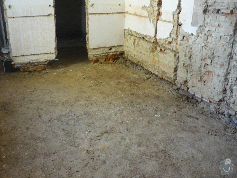 Rekonstrukce koupelny, wc, kuchyně: Vybourání původní podlahy a osekání omítek.