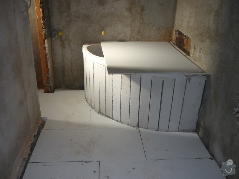 Rekonstrukce koupelny, wc, kuchyně: Podezdívka rohové vany.