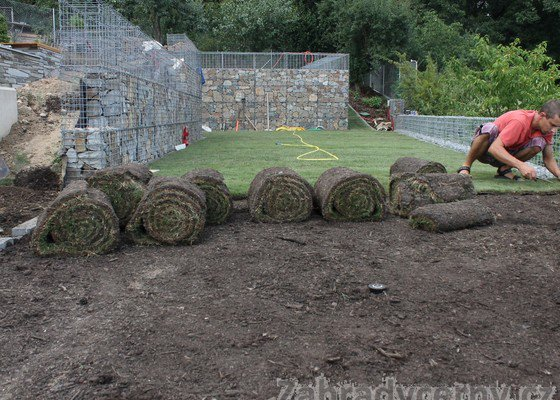 Pokládka kobercového trávníku s finální přípravou podkladu.