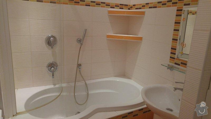 Rekonstrukce koupelny a WC: Celkový pohled na koupelnu-kombinace obkladu a mozaiky. Vlepené zrcadlo do obkladu