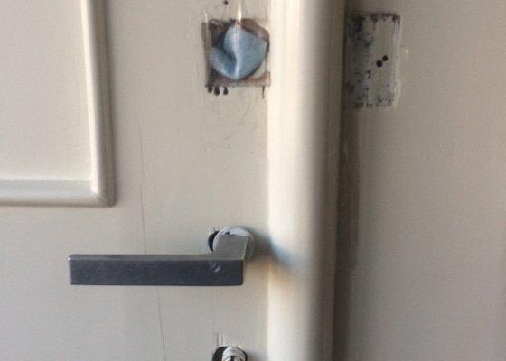 Zámečnické práce - nové kování a zámky vstupní dveře