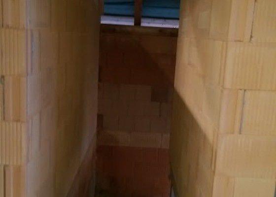 Sádrokartonový podhled s izolací střechy RD
