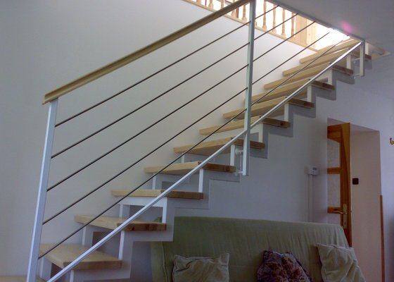 Schodiště harfové s dřevěnými nášlapy