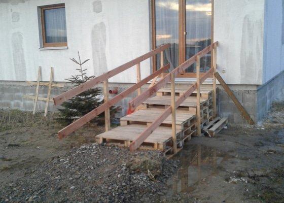 Provizorní zaslepení okna a provizorní venkovní schodiště ke kolaudaci