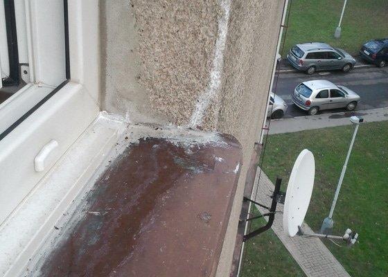 Výměna venkovního parapetu v panelovém domě a instalace žaluzií