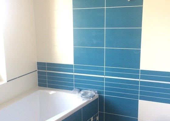 Pokládka obkladů na stěny koupelny, podlahová plocha 7,5 m2