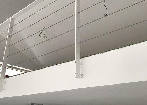 Skleněné zábradlí schodiště s galerií