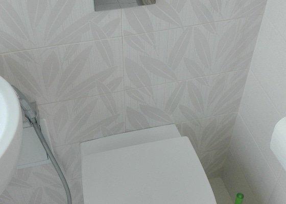 Splachování WC, odtoky umyvadel, skleněné obložení v kuchyni (není nezbytné)