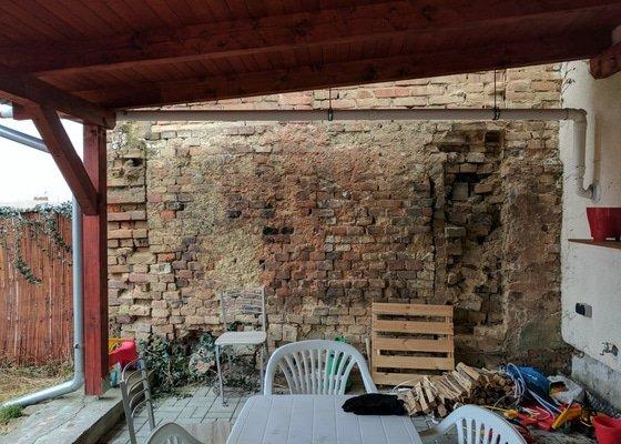 Zakrýt zeď vedlejšího domu dřevěnou mřížkou