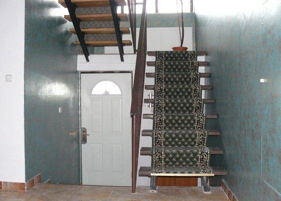 Tapetování a malování schodiště a chodby