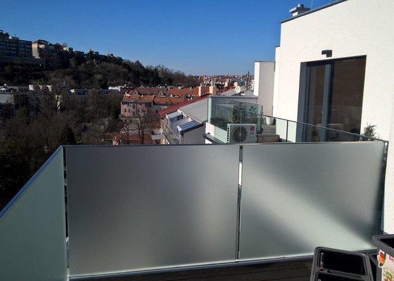 Fólie na balkonová skla k zajištění soukromí