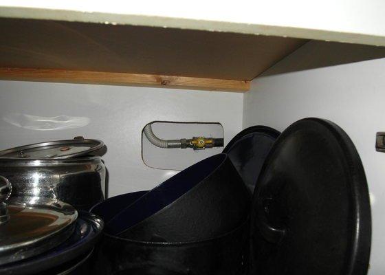 Oprava úniku plynu za plynoměrem, výměna flexibilní hadičky přívodu plynu ke sporáku FAGOR