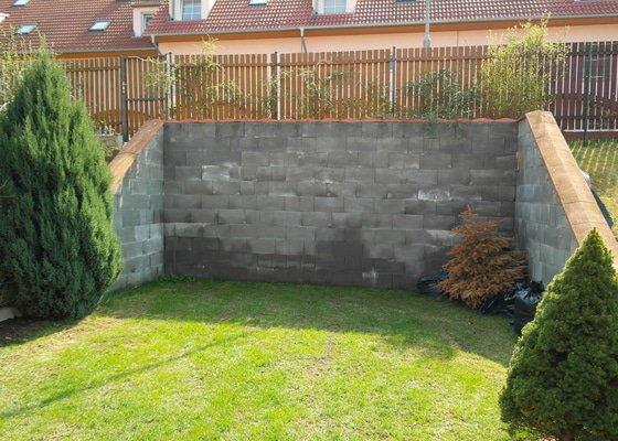 Obložení venkovní betonové stěny úmělým kamenem + vydláždění prostoru u stěny