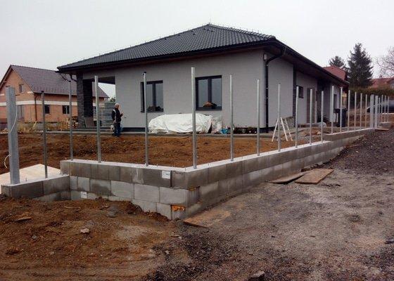 Oplocení pozemku cca. 70 bm (drátěné+svařované plotové koše), dělící zídky mezi domy, stání pro dva vozy, brána+branka atd.