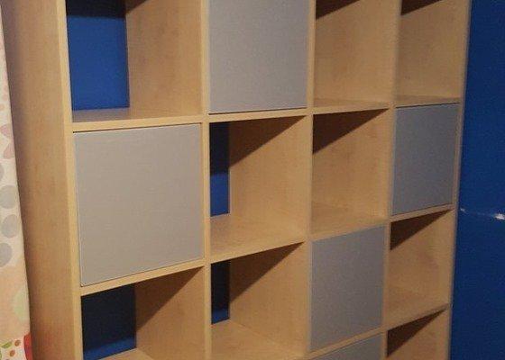 Knihovna/regál s policemi a skříňkami