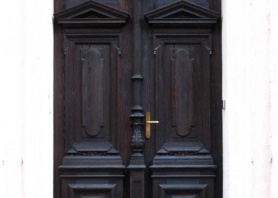 Repase masivních vstupních vchodových dveří - SMÍCHOV