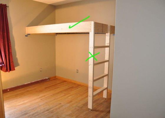 Ideálně jen nosná deska zachycená ve zdi, bez sloupků a žebříku.