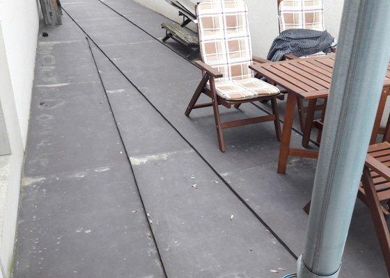 Výroba a montáž terasy na plechovém přístřešku mezi domy
