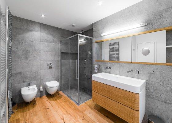 Sprchový kout jsme odsunuli až do rohu a tím využili výklenek místnosti, kde byl původně bidet  a WC