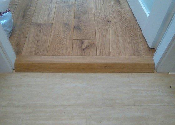 Pokládka dřevené podlahy.