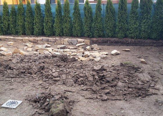 Travní koberec a úprava zahrady (obrubníky a zídka)