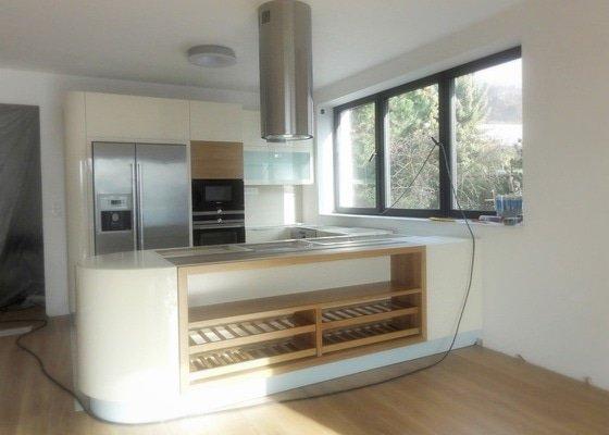 kuchyně je svojí dispozicí otevřena do obývacího pokoje a do zahrady