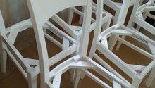 Přelakování šesti kuchyňských židlí bílou barvou.