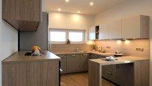 Do nového domku s kuchyní v zemitých barvách