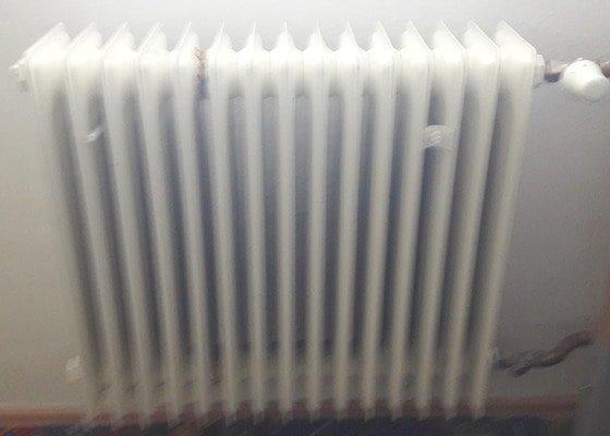 Výměna radiátoru topení v pokoji.