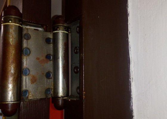 Oprava pantu u lítacích dveří