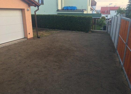 Srovnání terénu a položení trávníku