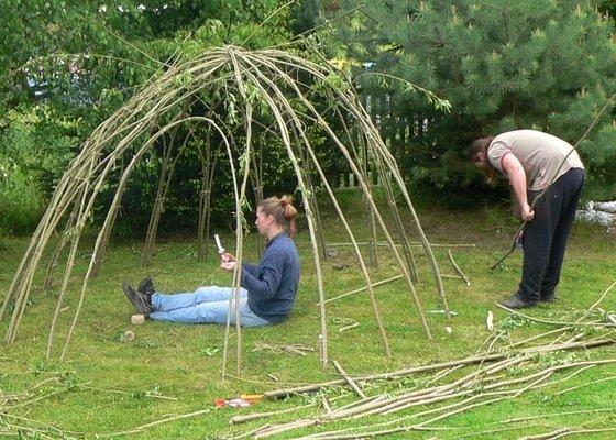Stavba iglú z vrbového proutí