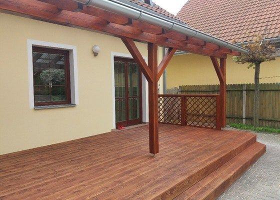 Zastřešená dřevěná terasa