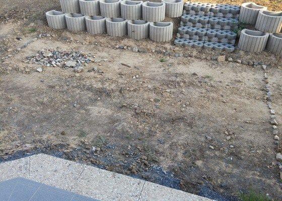 Pokládka zámkové dlažby kolem RD