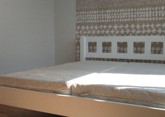 Přetřít postel, nalepit tapetu, navrtat svetlo