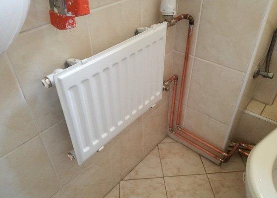 Výměnu tří ventilů ÚT za ventily s termohlavicí, přidání nového radiátoru na záchod a oprava kapajícího radiátoru (připojovací kolínko asi prorezlé, radiátor v pořádku) v koupelně.